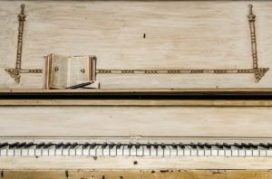 Old piano to illustrate moving musical instruments